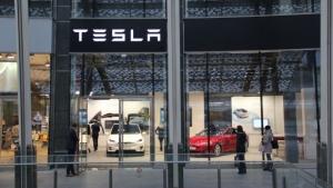 Tesla, aperto il nuovo concessionario di Milano