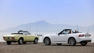 """Fiat 124 Spider, 50 candeline: la """"classic"""" e la nuova a confronto [VIDEO]"""